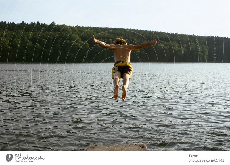 Flotter Hüpfer Wasser Ferien & Urlaub & Reisen Sonne Meer Strand Freude Wald springen See Fuß orange Rücken Steg Schweben hüpfen Badehose