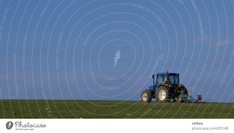 einsamer Traktor Himmel blau Einsamkeit Landwirtschaft ziehen langsam