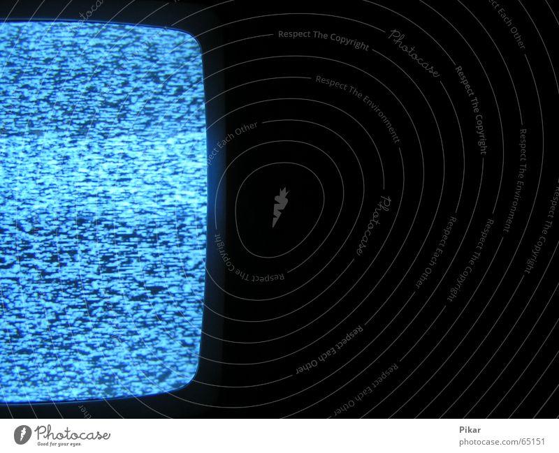Das weiße Rauschen Fernseher Fernsehen Licht kaputt dunkel nah schwarz Medien kalt hell gestört Nahaufnahme Makroaufnahme Abwasserkanal blau Gerät