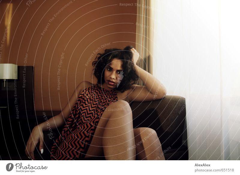 Shari Sessel Junge Frau Jugendliche Gesicht Beine 18-30 Jahre Erwachsene Sommerkleid Streifen schwarzhaarig langhaarig Locken beobachten Kommunizieren liegen