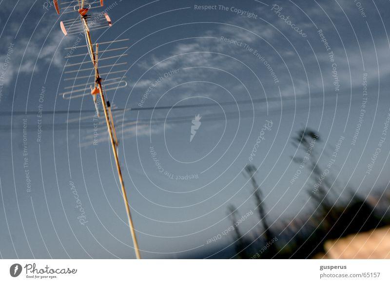 {verseuchte Äterwellen} Himmel blau Wolken Bewegung Wellen Horizont Fernsehen Skyline Radio Leitung Antenne Begrüßung