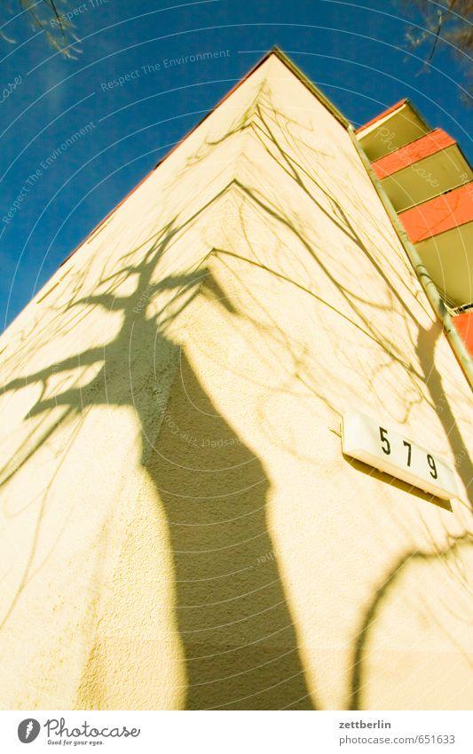 579 Himmel Natur Stadt Baum Haus Frühling Berlin Häusliches Leben Hochhaus Ecke Ast Textfreiraum Ziffern & Zahlen Wolkenloser Himmel Balkon Zweig