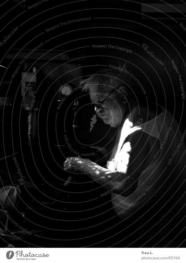 alter Meister II Schleifmaschine Profi Industriemeister Mann Senior Maschine Reparatur Brille Arbeit & Erwerbstätigkeit werkzeugmacher topfdeckel Metall Rost
