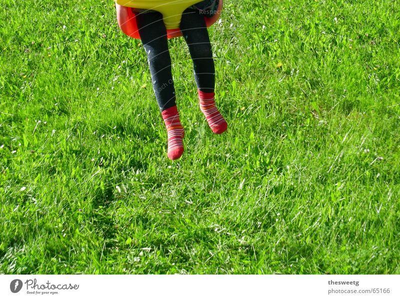 verschaukelt Kind Mädchen Junge Beine fahren Rasen Flügel Schaukel Spielplatz Schwung stoßen luftig kindlich abgehoben schwungvoll