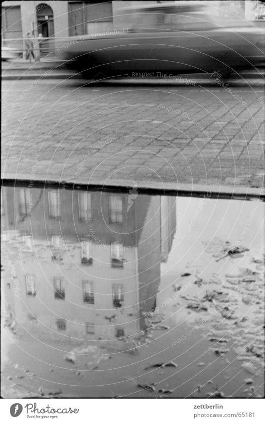 Regen Pfütze Reflexion & Spiegelung Bewegungsunschärfe Wartburg Achtziger Jahre Straßenverkehr Straßenbelag PKW 601 kein trabbi vielleicht ein lada kein porsche