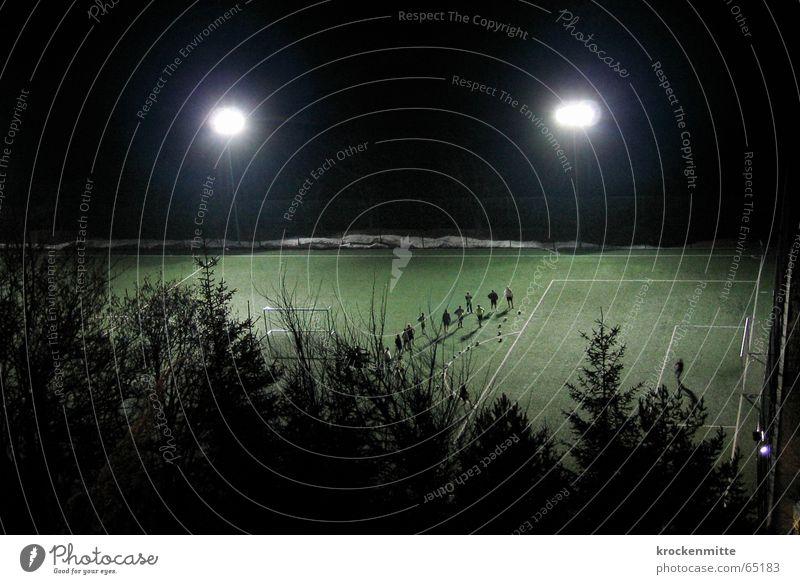 Die Angst des Torwarts beim Elfmeter Fußball Rasen Flutlicht