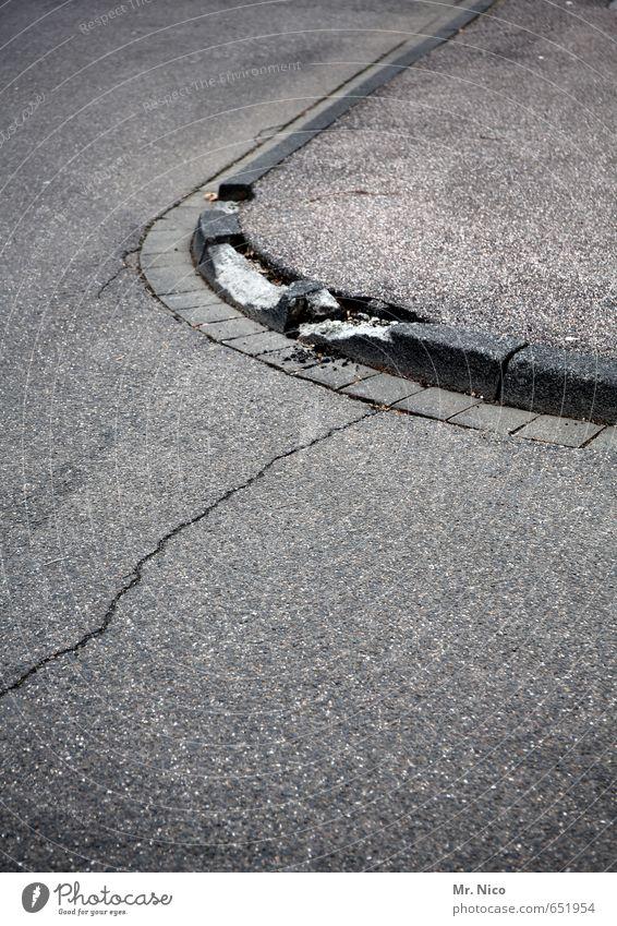 es läuft nicht alles rund - oder ? Stadt Verkehrswege Straßenverkehr Autofahren Straßenkreuzung Wege & Pfade kaputt grau Verfall Bürgersteig Fußweg Riss