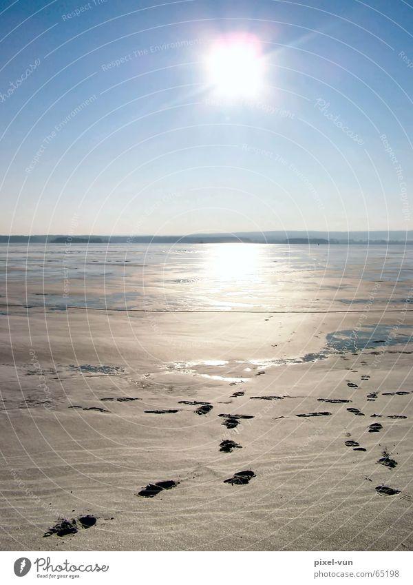 Spuren zum Licht Wasser Himmel Sonne Winter ruhig Einsamkeit kalt Schnee Eis hell Horizont Hoffnung Frost gefroren Fußspur