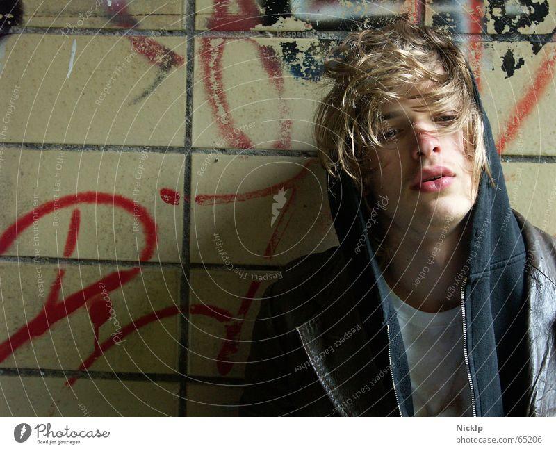 Tim II maskulin schön dreckig Mann Wand beschmiert mehrfarbig Ekel schmierig Lederjacke braun schwarz Fett Obdachlose Fixer Porträt blond Denken fertig