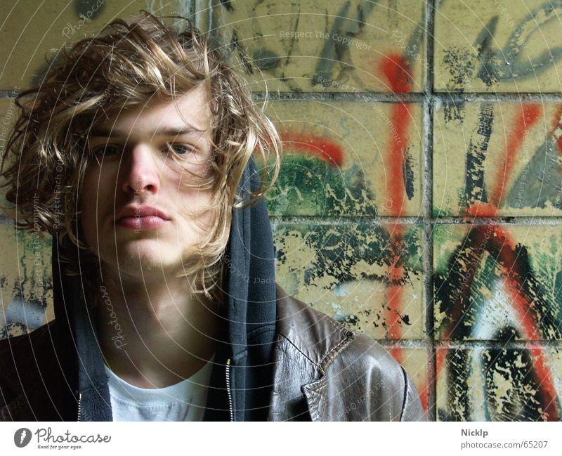 Tim III Eile maskulin schön dreckig Mann Model Wand beschmiert mehrfarbig Ekel schmierig Lederjacke braun schwarz Fett Obdachlose Fixer Porträt blond