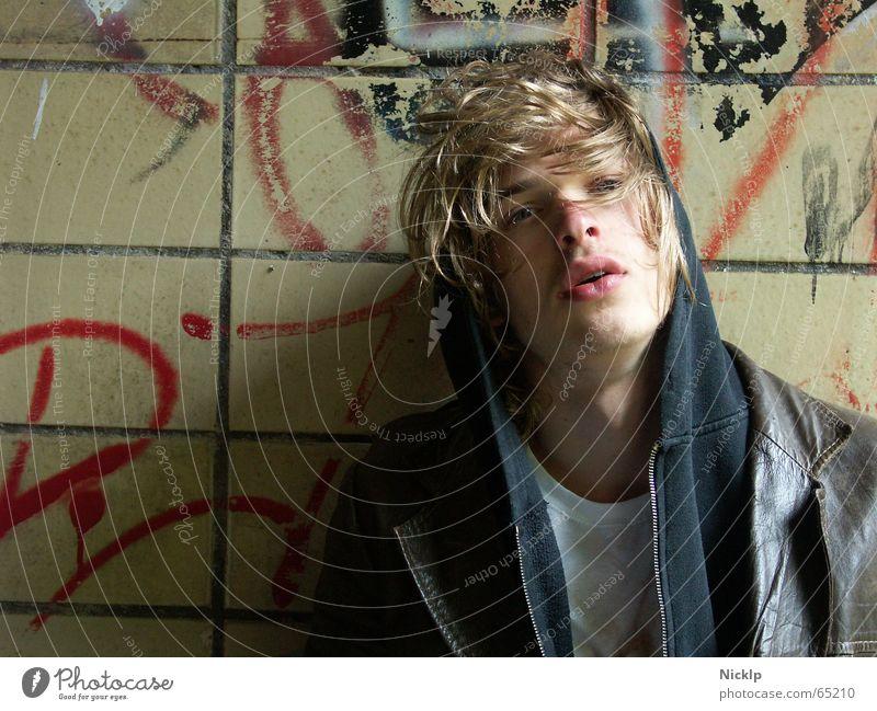 Tim IV Eile maskulin schön dreckig Mann Wand beschmiert mehrfarbig Ekel schmierig Lederjacke braun schwarz Fett Obdachlose Fixer Porträt blond verträumt