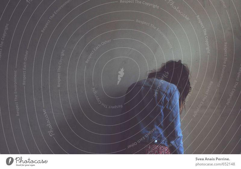 . Mensch Jugendliche Junge Frau 18-30 Jahre Erwachsene Wand Traurigkeit feminin Mauer Haare & Frisuren Trauer Sehnsucht Jacke Schmerz langhaarig Liebeskummer