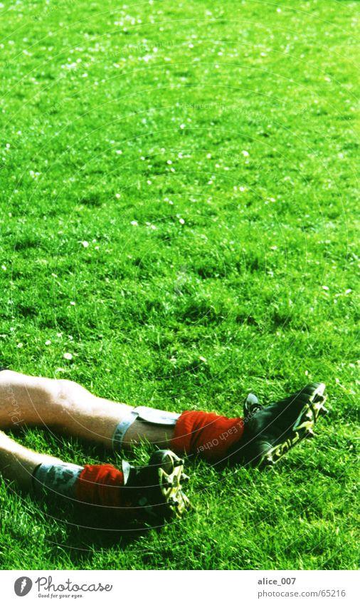 gewonnen? Mann grün rot ruhig Spielen Gras Schuhe sitzen Fußball Erfolg Pause Rasen Tor Strümpfe kämpfen verloren