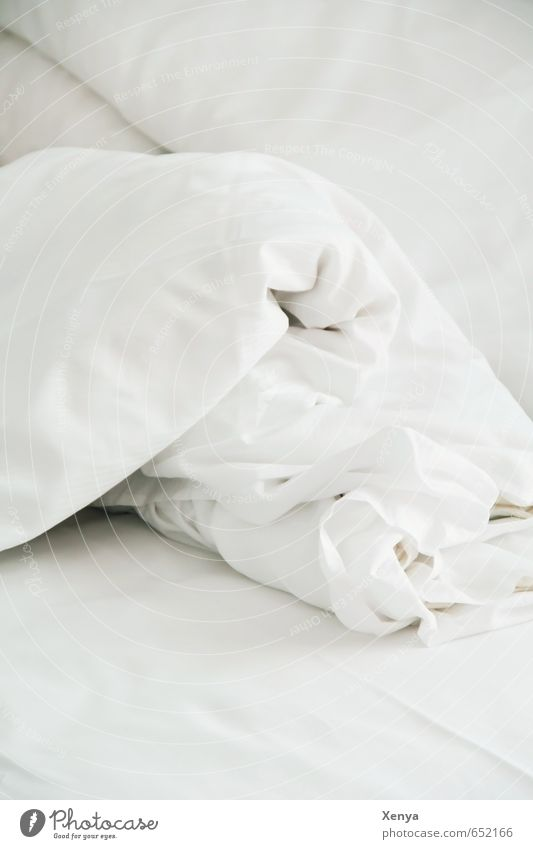 Guten Morgen Bettwäsche Bettdecke weiß Falte Bettlaken schlafen aufwachen aufstehen Innenaufnahme Menschenleer Textfreiraum oben Textfreiraum unten Tag