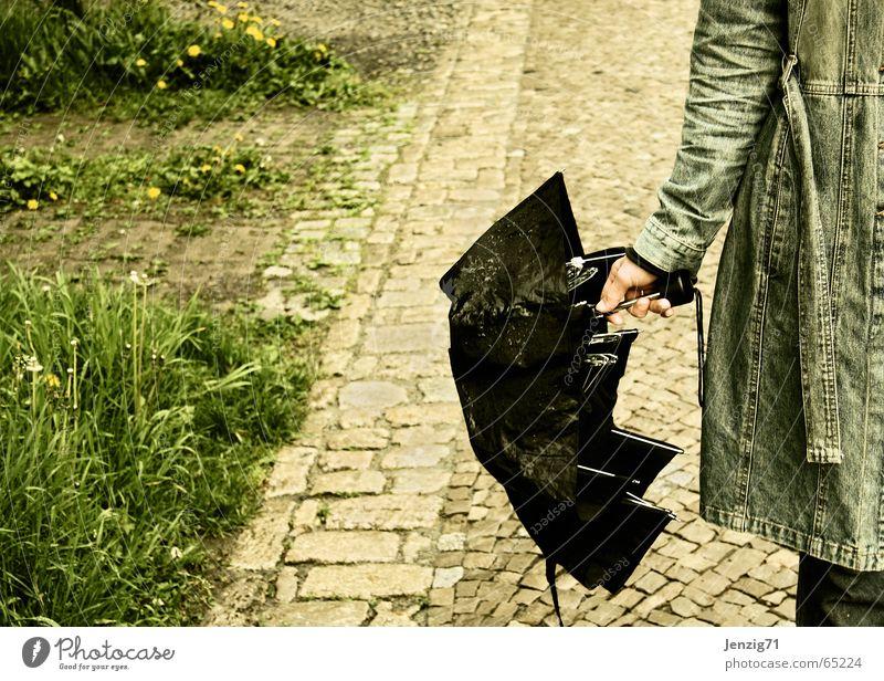 Regentag. Frau Regen Wetter Regenschirm Jacke Bürgersteig Kopfsteinpflaster Mantel Pflastersteine