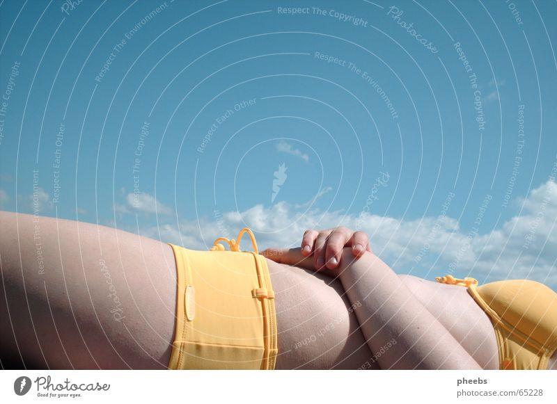 enjoi genießen Hand Bikini gelb Wolken Sommer heiß See weiß Hautfarbe Steg Bauch Himmel blau Schatten Sonne Körper