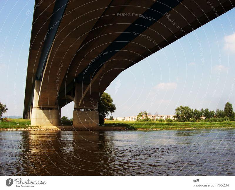 das andere ufer.. Verbindung Tanzfläche dick Beton Ferne lang Strukturen & Formen Streifen Säule Strebe Flüssigkeit liquide Überqueren überbrücken verbinden