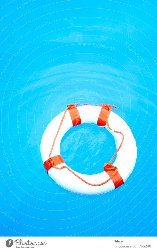 Mann über Bord II Wasser blau Sommer Luft orange Hilfsbereitschaft Schwimmbad Schwimmen & Baden Desaster Rettung untergehen Schwimmhilfe notleidend Rettungsring