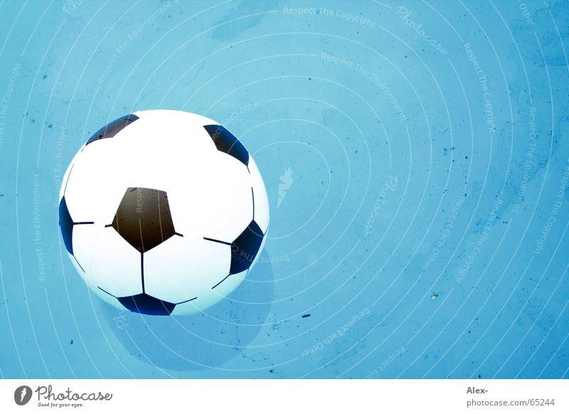 Spiel ins Wasser gefallen Schwimmbad Luft weiß schwarz nass Ball Sport Wasserball Im Wasser treiben 1 aufblasbar Wasseroberfläche Hintergrund neutral