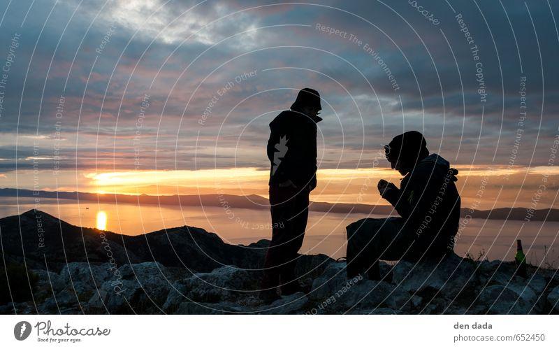 Sonnenuntergang auf dem Mensch blau Meer Erholung Landschaft Berge u. Gebirge Umwelt Sport Glück außergewöhnlich Felsen gold Zufriedenheit wandern ästhetisch