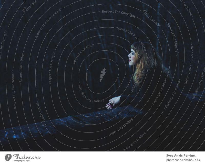 . feminin Junge Frau Jugendliche 1 Mensch 18-30 Jahre Erwachsene Natur Baum Brücke Pullover Haare & Frisuren langhaarig Locken stehen träumen außergewöhnlich