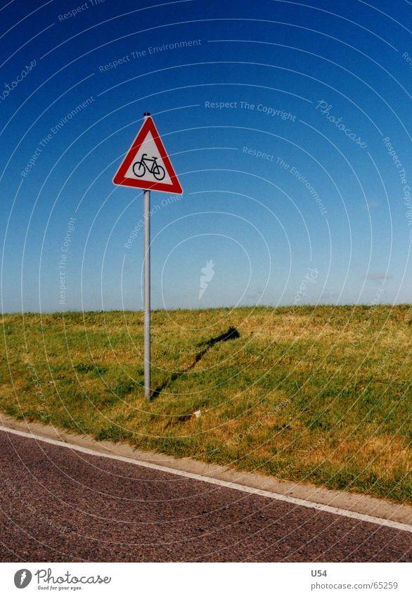 Vorsicht Radfahrer.. Himmel Straße Gras Schilder & Markierungen Warnhinweis Ödland Landkreis Friesland