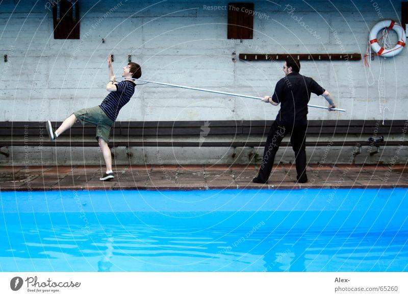 fang mich wenn du kannst Wasser blau Sommer grau Kraft Seil Schwimmbad fangen festhalten Jagd gefangen ziehen Stab Schwimmhilfe schlagen zurückhalten