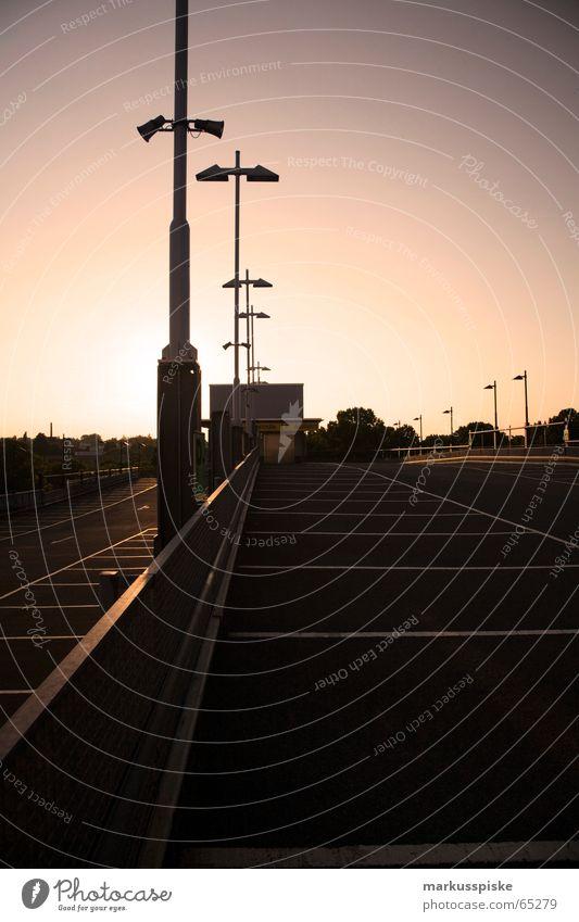parkplatz Stadt parken Parkhaus Etage KFZ Teer PKW Sonne Geländer Schilder & Markierungen Himmel Schönes Wetter Strommast Sonnenuntergang