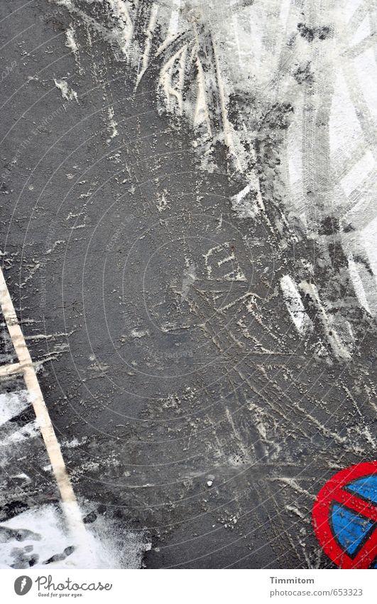 halbe Sachen   volle Gültigkeit. blau weiß rot Straße Gefühle Schnee Linie Schilder & Markierungen ästhetisch Zeichen fahren Asphalt Reifenspuren Stellplatz Zufahrtsstraße Halteverbot