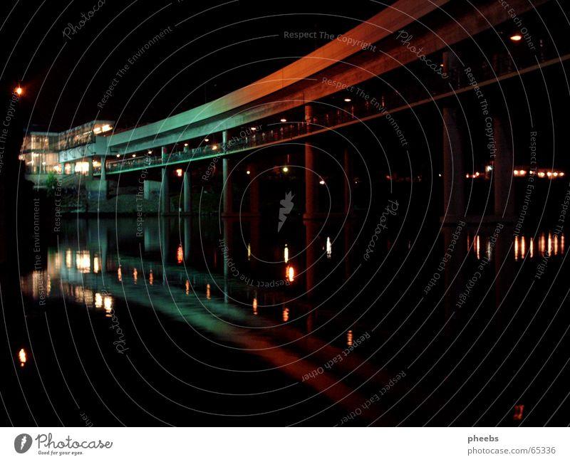 here comes the night, the stars and the moonlight Wien Donauinselfest Nacht dunkel grün rot Licht Spiegel Reflexion & Spiegelung Farbverlauf Wasser Abend Lampe