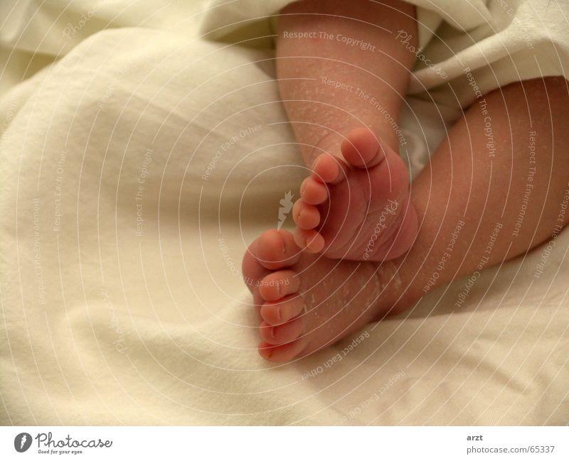 zu klein zum laufen Mädchen Erholung klein Fuß Baby liegen Fußspur Decke Zehen Fußsohle