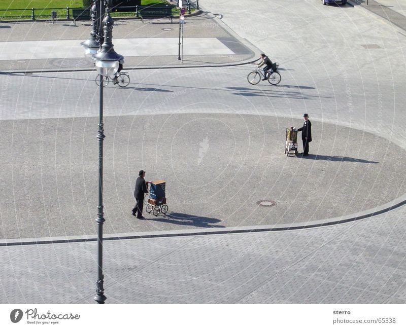 Pariser Platz, Berlin Drehorgel Anzug Laterne Vogelperspektive Musik