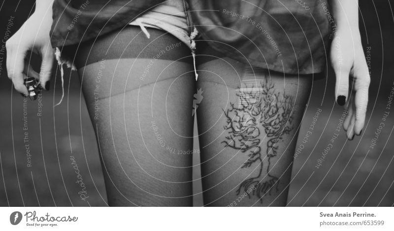 I <3 Trees Mensch Jugendliche Baum Hand Junge Frau 18-30 Jahre Erwachsene feminin Beine Arme stehen Bekleidung festhalten Tattoo Hose Tabakwaren