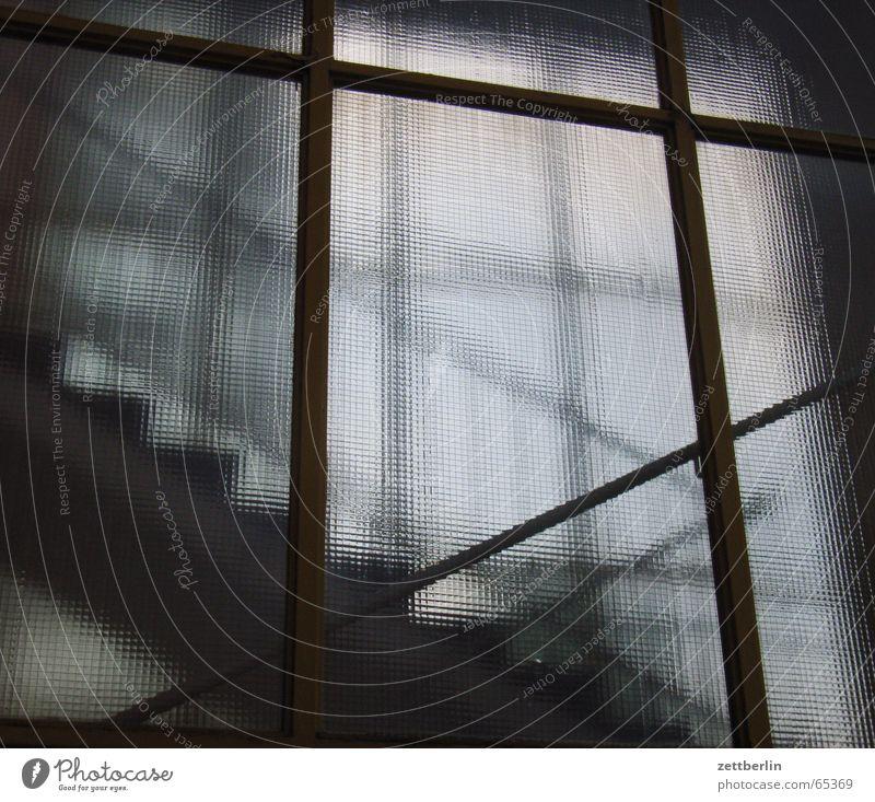 Treppe Treppenhaus aufwärts abwärts Geländer glas halbvoll glas halbleer