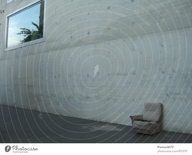 Rastplatz II alt ruhig Einsamkeit Wand Fenster grau braun Beton sitzen Platz leer trist Pause weich Müll Sessel