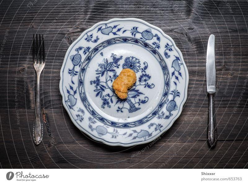 Einsamer Nugget Lebensmittel Fleisch Fastfood Fingerfood Geschirr Teller Besteck Messer Gabel diszipliniert bescheiden zurückhalten sparsam Traurigkeit Trauer