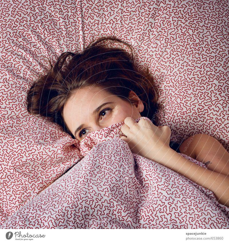 Dreaming (3) Mensch feminin Junge Frau Jugendliche Erwachsene 1 30-45 Jahre Erholung Neugier dünn rot weiß schön kalt Warmherzigkeit Bettdecke schlafen Blick