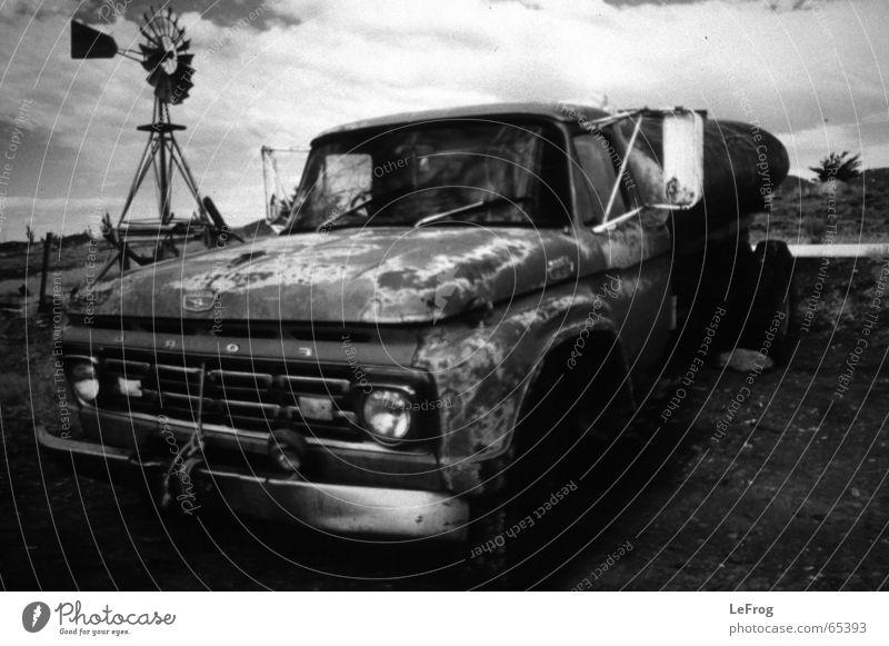 Irgendwo in der Pampa Argentiniens PKW ford Schwarzweißfoto alt Pickup Windkraftanlage