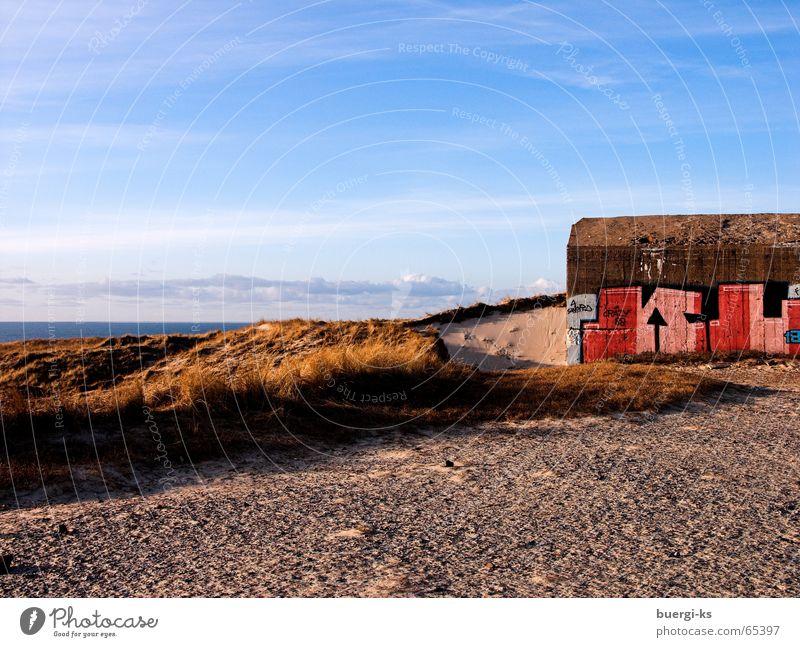 Überreste Meer Gebäude Kunst Anarchie Beton Ewigkeit sinnlos Krieg Außenaufnahme Himmel Bunker Stranddüne Sand grafiti Idylle Architektur