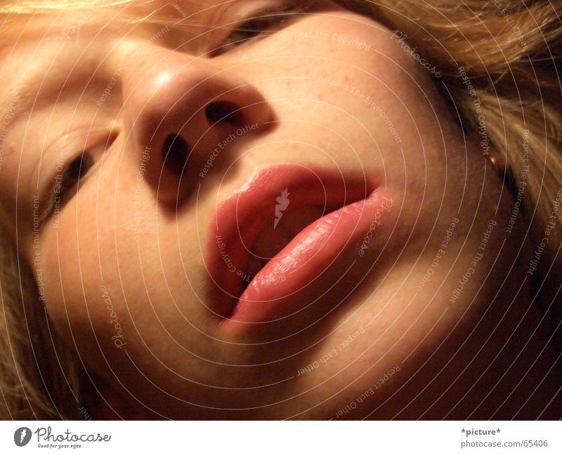 Labello Mund feminin Lippen Küssen Nahaufnahme Porträt Gesicht Nase Kopf Auge Mensch labello verführerisch schmachten