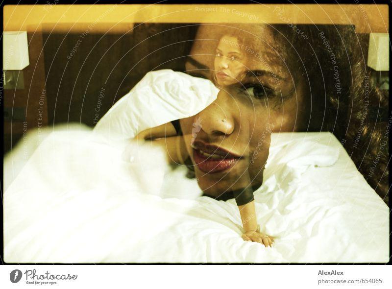 analoge Doppelbelichtung einer jungen, schönen, dunkelhäutigen Frau auf einem Hotelbett Bett Hotelzimmer Junge Frau Jugendliche Gesicht 18-30 Jahre Erwachsene