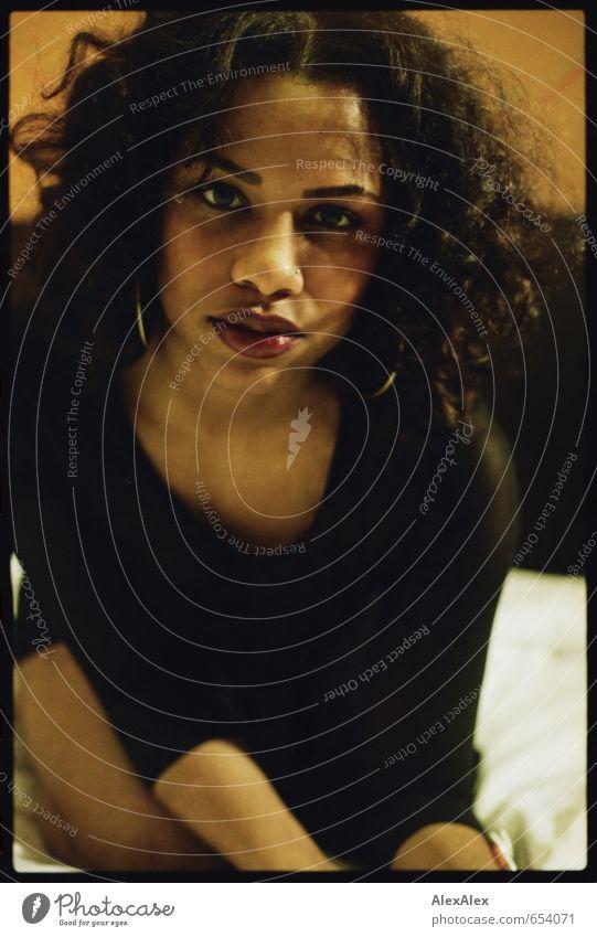 Nah. Junge Frau Jugendliche Kopf Haare & Frisuren Lippen 18-30 Jahre Erwachsene Ohrringe schwarzhaarig langhaarig Locken beobachten berühren knien Kommunizieren
