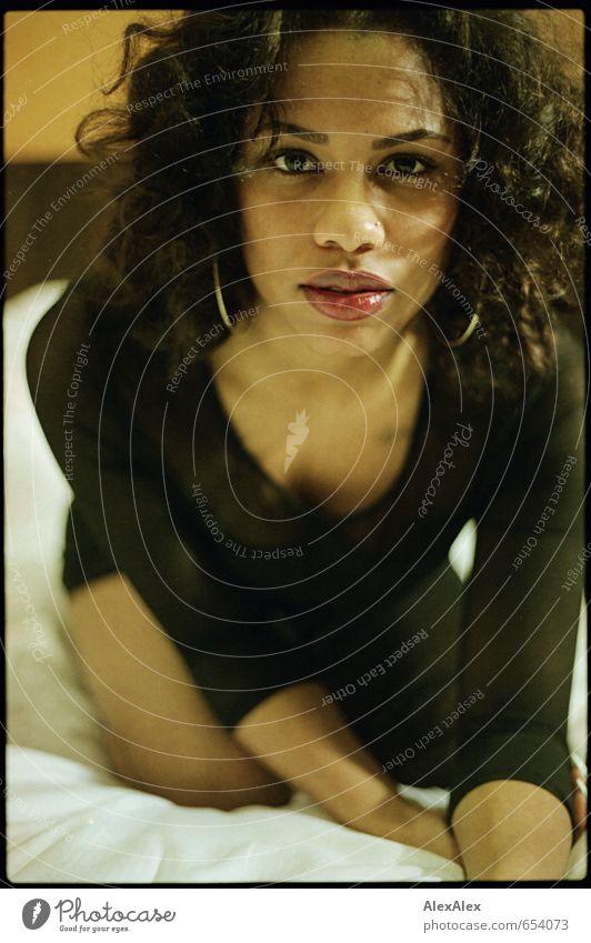 frontal Bett Junge Frau Jugendliche Haare & Frisuren Gesicht Lippen Dekolleté Kleid Ohrringe schwarzhaarig langhaarig Locken beobachten knien Spielen ästhetisch