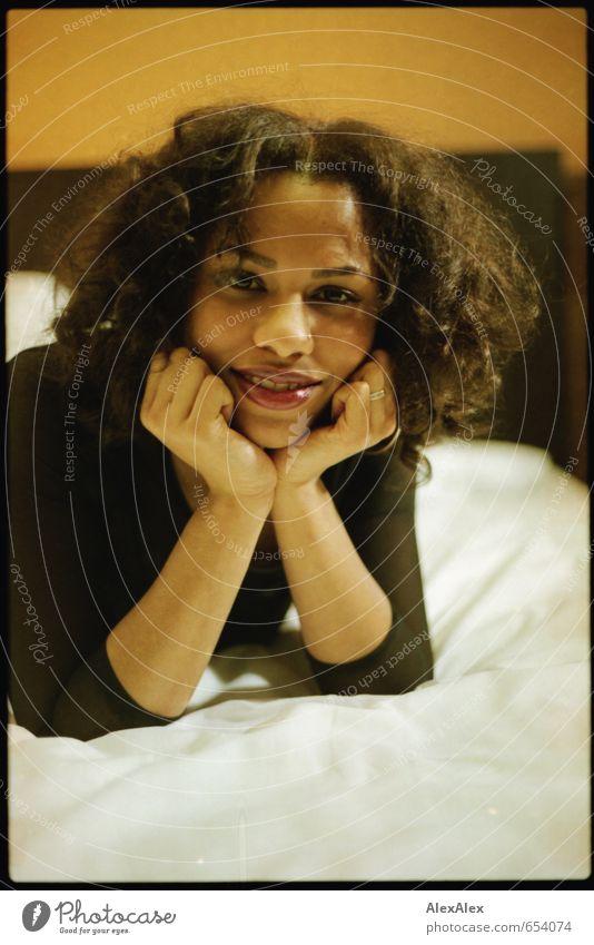 Ach?! Bett Junge Frau Jugendliche Gesicht Arme 18-30 Jahre Erwachsene Kleid schwarzhaarig langhaarig Locken beobachten Kommunizieren Lächeln lachen liegen