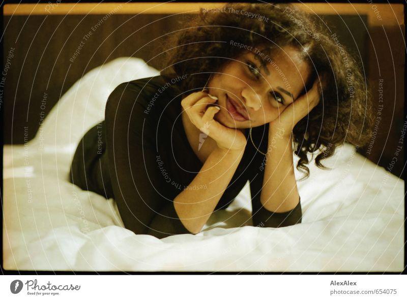 spielerisch Jugendliche schön Junge Frau 18-30 Jahre Gesicht Erwachsene feminin Glück liegen glänzend Lächeln ästhetisch Fröhlichkeit Kommunizieren beobachten