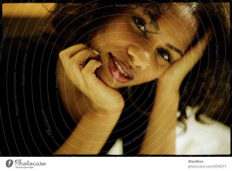 analoges Portrait einer dunkelhäutigen, schönen Frau Lippenstift Junge Frau Jugendliche Kopf Gesicht Hand schwarzhaarig Afrikaner 18-30 Jahre Erwachsene