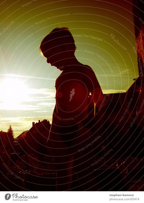 // Sonnenkind Kind alt Baum Sonne rot Haus Wolken gelb dunkel Junge braun klein gold Erfolg Dach Wut