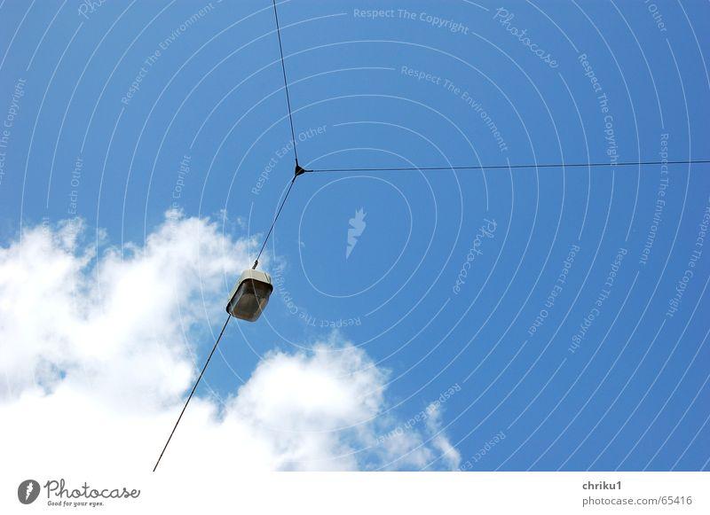 Lampenhimmel Wolken Straßenbeleuchtung Drahtseil weiß Außenaufnahme Licht Himmel Kabel kabelverbindung Elektrizität blau Verbindung Tag