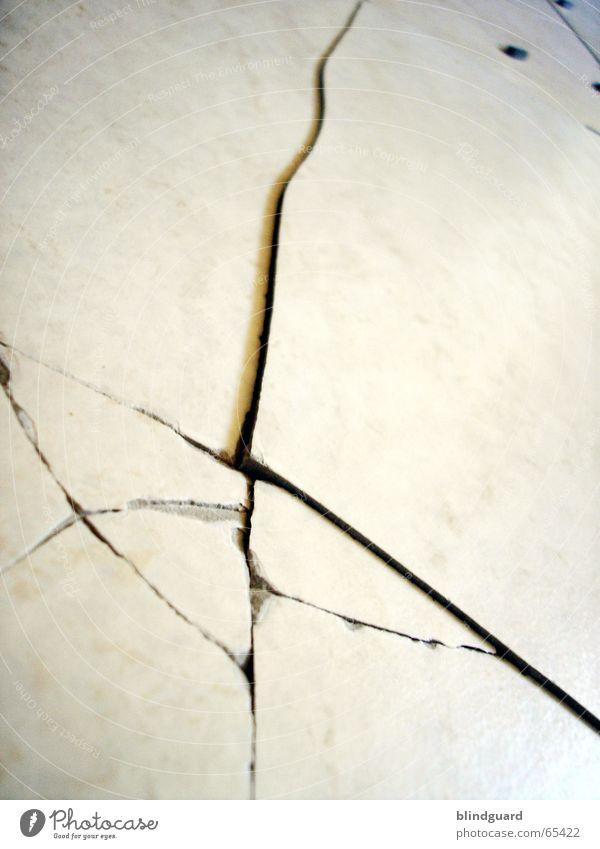 Sprung in der Schüssel weiß springen Elektrizität Ecke kaputt Bodenbelag Fliesen u. Kacheln gebrochen Riss Scherbe Splitter Keramik geplatzt