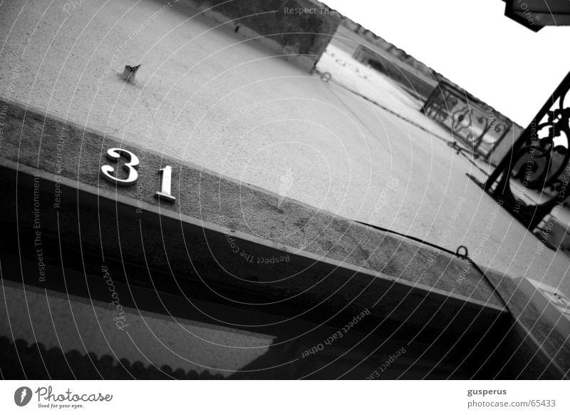 { 31er perschpektive } Haus Fassade Mauer Türrahmen Aussicht Schwarzweißfoto Rahmen Perspektive aufwärts bw black and wihte storfont frame perspective upwards